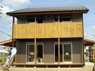 外部は落ち着いた色調のガルバリウム鋼板小波板貼りです。1階、2階共ににそれぞれウッドデッキがあります。1...