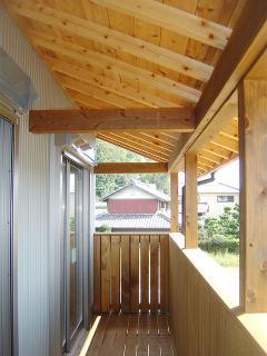 2階のウッドデッキです。屋根が覆いかぶさっているので、雨でも洗濯物を干したままお出かけOK!風が吹き...