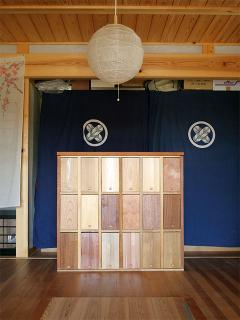 面白い家具でしょ?各現場で余った材料を集めて、カラフルな家具を作ってみました。最初はお客さんに、木材...