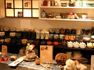 カウンター越しに見えるのは、ズラリと並んだ茶器の数々。それぞれに違う形、色、質感を愛でながら、ゆった...