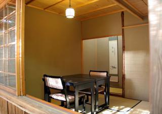 茶室風のこじんまりとした部屋は、カウンターの動きが中庭越しに見える特等席。