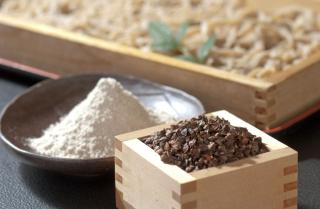 山形・大蔵村産の最高級の玄蕎麦を石臼で挽いた蕎麦粉。そばつゆに使われるダシも3種類の節から引き、冷・...