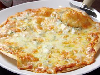 和風マルゲリータピザ…850円 国内産最高級クラスのチーズを生地からはみ出るほど使っている。中に入るのは...