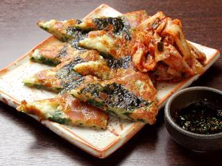 韓国のりとチーズのチヂミ焼き…740円 もっちもち生地の中に韓国のりとチーズが入っている。特製のタレで頂...