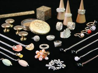 イタリアと東京で彫金の修行を積んだ、オーナーご子息のジュエリーも展示販売中。指輪、ネックレス、ブロー...